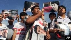 Những người ủng hộ 14 sinh viên bị giam giữ phản đối bên ngoài tòa án quân sự ở Bangkok, Thái Lan, ngày 07/7/2015.