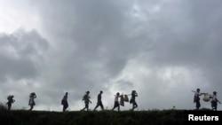 ဘူးသီးေတာင္ၿမိဳ႕နယ္ အနီးတြင္ ျဖစ္ပြားခဲ့ေသာ တိုုက္ပြဲမ်ားေၾကာင့္ တိမ္းေရွာင္ထြက္ေျပးလာခဲ့ၾကေသာ စစ္ေရွာင္မ်ား (စက္တင္ဘာ၊ ၁၃၊ ၂၀၁၇)