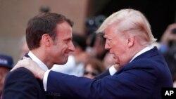 Tổng thống Pháp Emmanuel Macron (trái) và Tổng thống Mỹ Donald Trump (phải).