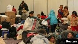 Pengungsi Suriah tengah menanti proses pendaftaran setibanya di kamp penampungan di Mafraq, Jordania dekat perbatasan Suriah (Foto: dok).