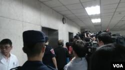菲律賓調查團來到台北的刑事警察局 (美國之音楊晨拍攝)