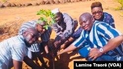 """Les initiateurs de """"1 Burkinabè, 1 arbre"""" en compagnie de Yacouba Sawadogo, Prix Nobel Alternatif qui soutient l'initiative, Ouagadougou le 30 juin 2021."""