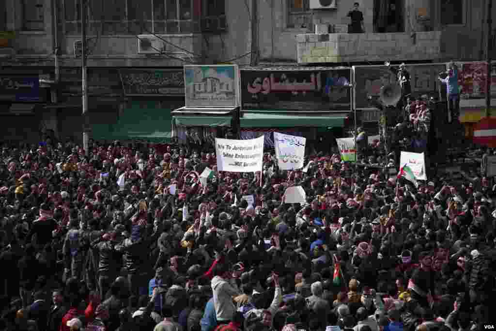 Lead by the Muslim Brotherhood, protesters chanted anti-government slogans, taking on King Abdullah for the first time since the Arab Spring revolutions swept across the Arab world, Amman, Jordan, November 16, 2012. (Y. Weeks/VOA)