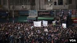 Dalam demonstrasi yang dipimpin kelompok Ikhwanul Muslimin, warga Yordania menyerukan Raja Abdullah untuk mundur dalam aksi protes massal di Amman, Jumat (16/11).