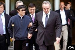 陈光诚走出美国大使馆。