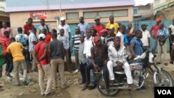 À espera de melhor salário. Trabalhadores da TCUL quando estavam em greve. Foto Coque Mukuta