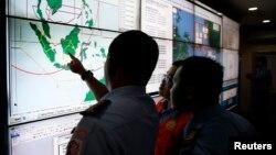軍隊和搜救人員在雅加達的國家搜救局內跟踪查看亞航QZ8501進展。