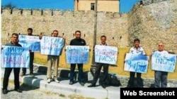 Şəkidə qədim zindan qarşısında flash-mob (Foto Sahib Kərimovun Facebook səhifəsindən götürülüb)