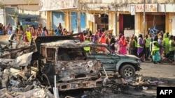 Des résidents regardent les dégâts fait par un attentat, à Mogadiscio, le 14 octobre 2017.