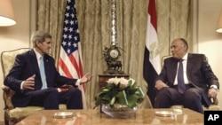 美國國務卿克里 (左) 與埃及外長舒克里 (右)