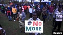 Une foule chante lors d'un concert de commémoration des victimes de l'attaque de l'université de Garissa, le 14 avril 2015.