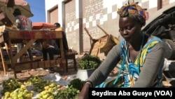 Ndella Pouye, vendeuse de légumes, à Dakar, le 7 mars 2019. (VOA/Seydina Aba Gueye)