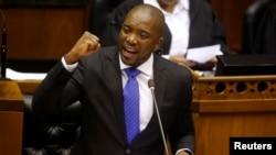 남아프리카공화국의 야당인 민주동맹(DA)의 무시 마이마네 대표가 8일 의회에서 발언하고 있다.