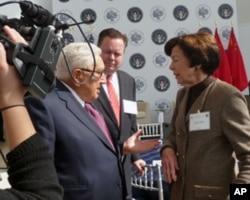 前白宮國安顧問、前美國國務卿亨利‧基辛格(Henry Kissinger, 左)和前美國貿易代表卡拉‧希爾斯(Carla Hills, 右)