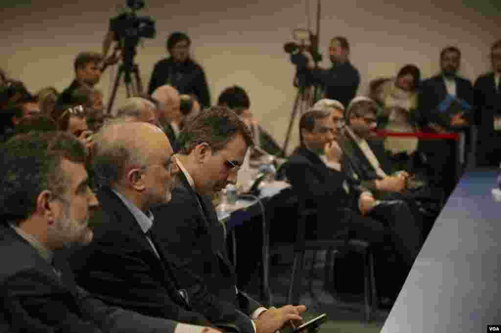 در کنار خواندن بیانیه، اعضای تیم های ایران، آمریکا و اتحادیه اروپا حضور داشتند. از ایران، عراقچی، سخنگوی وزارت خارجه ایران و علی اکبر صالحی رئیس سازمان انرژی اتمی ایران حضور داشتند.