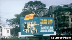 """bảng cổ động """"Toàn dân đoàn kết để bảo vệ miền Nam, giải phóng miền Bắc"""" trước 1975 ở Sài Gòn."""