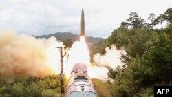 2021年9月16日,朝鲜官方的朝鲜中央通讯社发布了这张有关2021年9月15日朝鲜铁路导弹团试射演习的照片 (AFP PHOTO/KCNA VIA KNS)