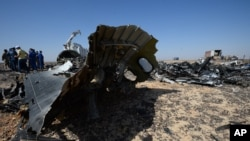 Ahli Kementerian Darurat Rusia bekerja di lokasi jatuhnya pesawat penumpang Rusia yang jatuh akhir pekan lalu di Hassana, Semenanjung Sinai Mesir, 2 November 2015.