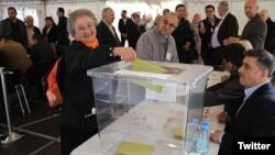 Almanya'da diplomatik temsilciliklerde oy kullanan Türkler