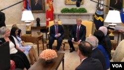Holt asistió acompañado del senador Bob Corker, quien se reunió el viernes con el presidente venezolano, Nicolás Maduro para mediar por la liberación del estadounidense.