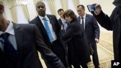 Một nữ nhà báo Mỹ (giữa) bị hộ tống ra ngoài sau khi đặt câu hỏi cho Tổng thống Uzbekistan Islam Karimov trước khi diễn ra cuộc họp với Ngoại trưởng Mỹ John Kerry, ngày 1/11/2015.