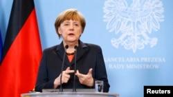 Kanselir Jerman Angela Merkel dalam jumpa pers setelah bertemu Perdana Menteri Polandia Donald Tusk di Warsawa (12/3). (Reuters/Kacper Pempel)