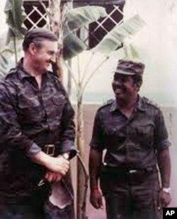 General Valentim Varennikov, fotografado em Luena, em 1984, com o major Néco, Comandante da 3ª Região Militar das FAPLA. Varennikov era conselheiro militar de Moscovo junto de vários países aliados,