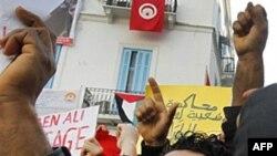 Người biểu tình hô những khẩu hiệu chống Tổng thống Zine El Abidine Ben Ali ở Tunisia, 14/1/2011
