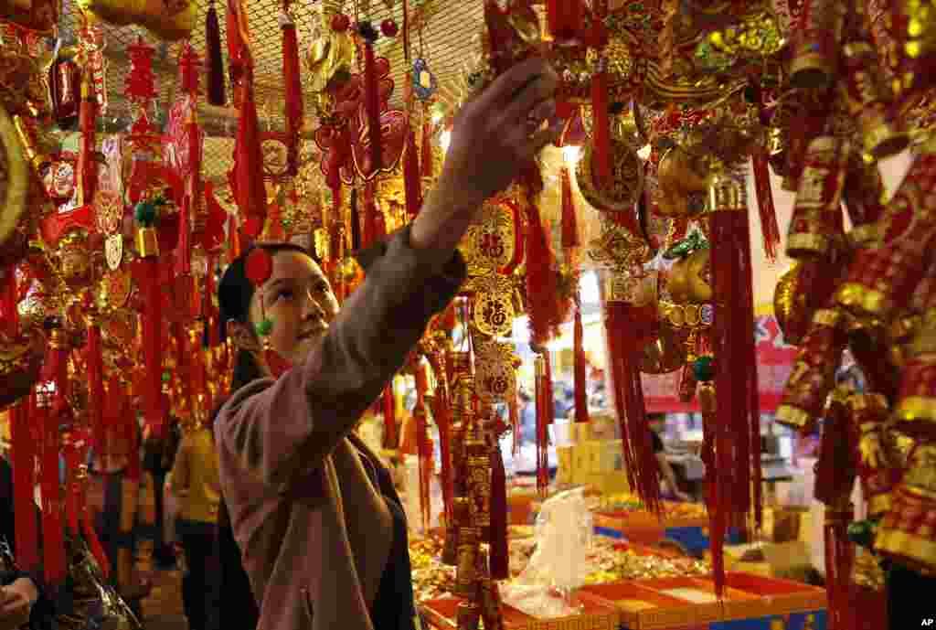 Một phụ nữ mua đồ trang trí may mắn ở một khu chợ chuẩn bị cho Tết tại Đài Bắc, Đài Loan.