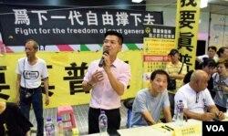 多名民主派人士出席旺角「鳩鳴團」街頭論壇。(美國之音湯惠芸攝)