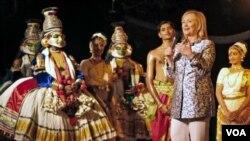 Menlu AS Hillary Rodham Clinton memberikan pujian kepada para penari India setelah pertunjukan di Kalakshetra, Chennai (20/7).