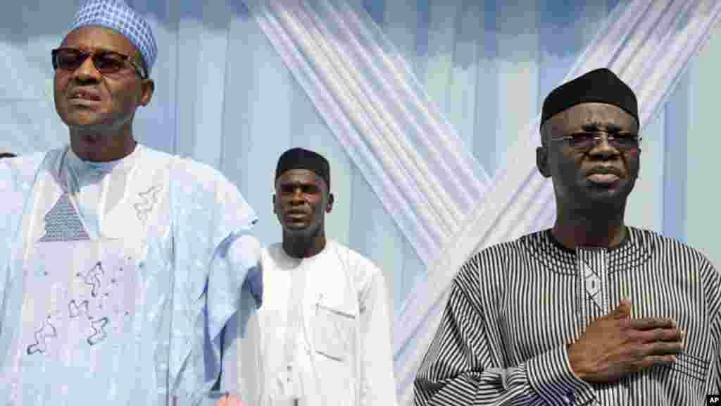 Janar Muhammadu Buhari, dan takarar shugaban kasa a gefedn hagu tare da mataimakinsa Tunde Bakare daga gefen dama a wajen gangamintaron siyasa a birnin Ikkon Nigeria.