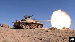 Tentara Lebanon dalam pertempuran melawan militan ISIS di pinggiran Ras Baalbek hari Minggu (20/8).