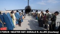 ក្នុងរូបថតដែលផ្តល់ឲ្យដោយកងទ័ពអាកាសអាមេរិកបង្ហាញពីយន្តហោះ C-17 Globemaster III របស់កងទ័ពអាកាសអាមេរិកដែលត្រូវបានចាត់តាំងនៅក្នុងកិច្ចគាំទ្រការជម្លៀសនៅអាហ្វហ្គានីស្ថាននៅអាកាសយានដ្ឋានអន្តរជាតិ Hamid Karzai នៅថ្ងៃទី២៤ ខែសីហា ឆ្នាំ២០២១។