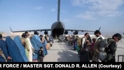 Pesawat milik militer AS sedang melakukan evakuasi di Afghanistan. (Foto: AFP/US Air Force)