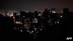 Esta foto de archivo muestra una vista general del barrio de Altamira parcialmente iluminado durante un apagón en Caracas, Venezuela.