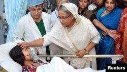 29일 방글라데시 '라나 플라자' 건물 붕괴 사고 부상자들을 위로하기 위해 병원을 방문한 셰이크 하시나 총리.