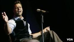 El 29 de marzo de 2010 Ricky Martin hizo pública su homosexualidad a través de Twitter.