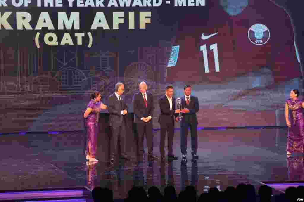 ژاوی هرناندز، ستاره سابق تیم ملی فوتبال اسپانیا و باشگاه بارسلونا و عضو باشگاه السد قطر در غیاب اکرم حسن عفیف جایزه مرد اول فوتبال آسیا را دریافت کرد