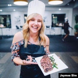 미국의 음식 전문 방송 '푸드 네트워크(Food Network)'에서 인기 프로그램들을 진행하는 제이미 사이어(Jaymee Sire) 기자.