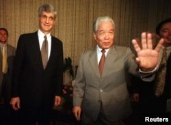 Bộ Trưởng Tài chánh Hoa Kỳ Robert Rubin và Tổng Bí thư Đỗ Mười ngày 8/4/1997.