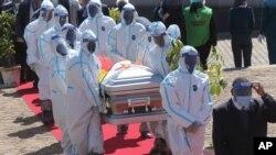 مراسم خاکسپاری پرنس شیری، از وزیران زیمبابوه، که بر اثر ابتلا به کرونا جان سپرد. (۳۱ ژوئیه ۲۰۲۰)