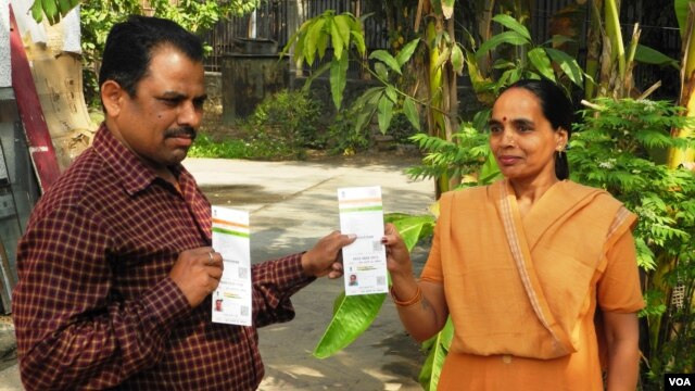 """Raghubir Gaur (L) and his wife Kusum are confident their """"Aadhaar"""" cards with their biometric data will enable them to access entitlements such as subsidized food rations. (A. Pasricha/VOA)"""