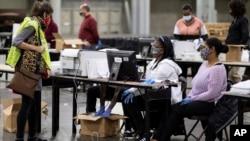 佐治亞州是在選後重新計票的一州。11月25日共和黨檢驗人(左)查驗重新計票情況。