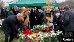 Những người đưa tang, trong đó có ông Mikhail Kasyanov (trái), một nhà lãnh đạo đối lập và cựu Thủ tướng Nga, đặt hoa tại mộ phần của ông Boris Nemtsov trong tang lễ ở Moscow, ngày 3/3/2015.