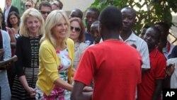 Istri Wakil Presiden AS Jill Biden (kedua dari kiri) bersalaman dengan mantan tentara anak-anak di Bukavu, Kongo (5/7).