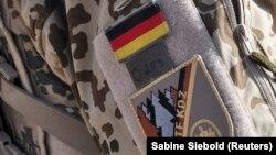 پرچم آلمان در لباس یک سرباز آلمانی مستقر در افغانستان