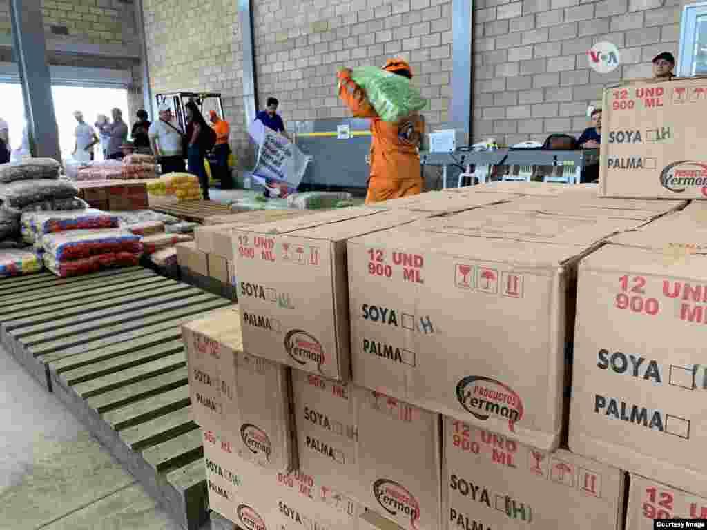 Cajas con alimentos, medicinas y otros productos para cubrir necesidades básicas llegaron a Cúcuta, Colombia el viernes.
