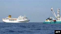 Du thuyền Costa Allegra trôi nổi ngoài bờ biển Seychelles đang được một tàu đánh cá của Pháp kéo về hòn đảo gần đó