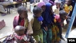 Anak-anak Somalia ikut mendaftar di kamp pengungsi di Dagahaley, Kenya akibat langkanya pangan di Somalia yang dilanda kekeringan.